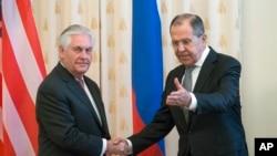 Le secrétaire d'Etat Rex Tillerson et le Russe Sergey Lavrov se salue avant leur rencontre à Moscou, Russie, le 12 avril 2017.