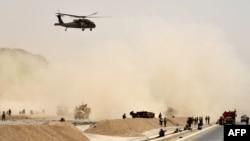 Helikopter black hawk milik AS terbang di atas lokasi serangan bom bunuh diri di Kandahar, Afghanistan, 2 Agustus 2017. (Foto: dok)