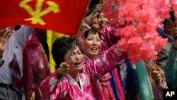 북한이 김일성 주석의 105번째 생일을 맞은 지난 15일 평양 김일성광장에서 열린 대규모 열병식에서 북한 주민들이 김정은 국무위원장을 바라보며 울먹이고 있다.