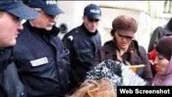 Türban taktığı için işten çıkarılan Fatima Afif Paris'te mahkemeye gelirken