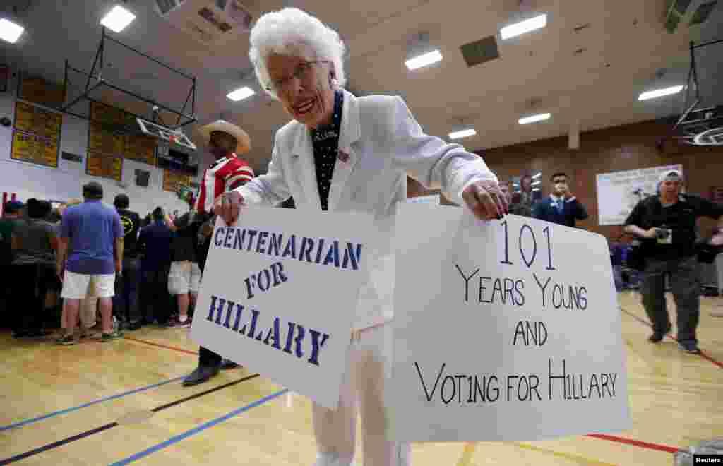 អ្នកគាំទ្រលោក Jerry Emmett កាន់បដា មុនពេលការដង្ហែក្បួនយុទ្ធនាការឃោសនាដោយបេក្ខនារីប្រធានាធិបតីអាមេរិកមកពីគណបក្សប្រជាធិបតេយ្យលោកស្រី Hillary Clinton នៅឯវិទ្យាល័យ Carl Hayden Community នៅក្រុង Phoenix រដ្ឋ Arizona កាលពីថ្ងៃទី២២ ខែមិនា ឆ្នាំ២០១៦។