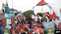 ایم کیو ایم کے کارکنان کراچی میں احتجاج کر رہے ہیں۔ (فائل فوٹو)