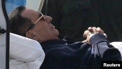 Бывший президент Египта Хосни Мубарак лежит на носилках на пути в зал суда. Каир. 27 сентября 2014 г.