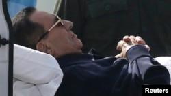 Bivši egipatski predsednik Hosni Mubarak na bolničkom krevetu tokom transporta iz bolnice u sudnicu