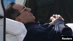 Mantan President Mesir Hosni Mubarak yang sakit-sakitan, saat dibawa untuk menghadiri persidangan di Kairo, Mesir (foto: dok).