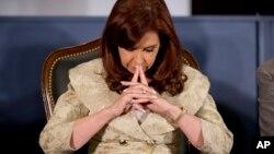 La presidenta argentina Cristina Fernández reflexiona durante la celebración del 160 aniversario de la bolsa de Buenos Aires.
