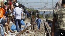 Migranti na ulazu u železničku stanicu u Đevđeliji, Makedonija