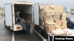개성공단 운영이 잠정 중단된 가운데, 지난 9일 한국 경기도 파주시 경의선 남북출입사무소에서 귀환한 한국 근로자가 화물을 옮기고 있다.
