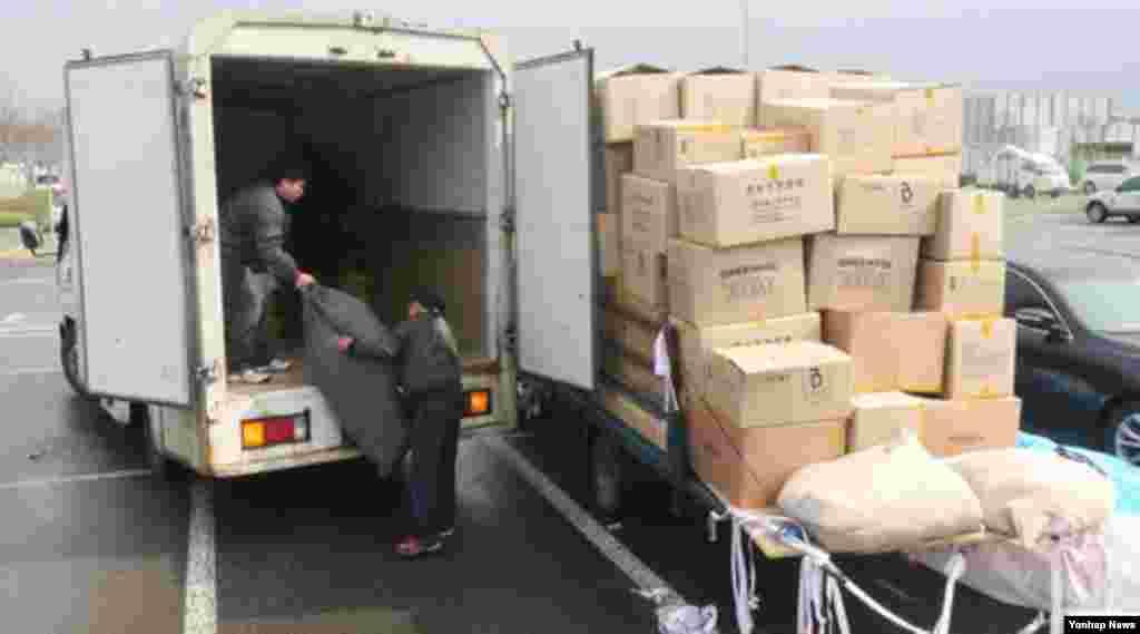 개성공단 운영이 잠정 중단된 가운데 9일 한국 경기도 파주시 경의선 남북출입사무소에서 귀환 근로자가 화물을 옮기고 있다.
