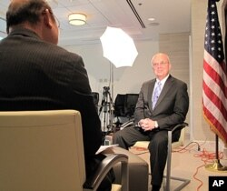 VOA 기자와 인터뷰하는 마이클 헤이든 전 미국 중앙정보국(CIA) 국장 (오른쪽).