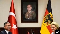 Menteri Pertahanan Jerman Ursula von der Leyen, kanan dan Menteri Pertahanan Turki Ismet Yilmaz bertemu pada 21 Januari 2016. (Foto: dok)