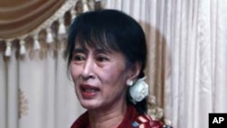Burmese pro-democracy leader Aung San Suu Kyi holds talks with parliament representatives at a hotel in Naypyitaw, March 6, 2012.