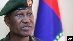 Kakakin Ma'aikatar Tsaron Najeriya, Chris Olukolade wanda fitar da sanarwar ceto kusan duka daliban Chibok, daga baya kuma ya janye kalaman.