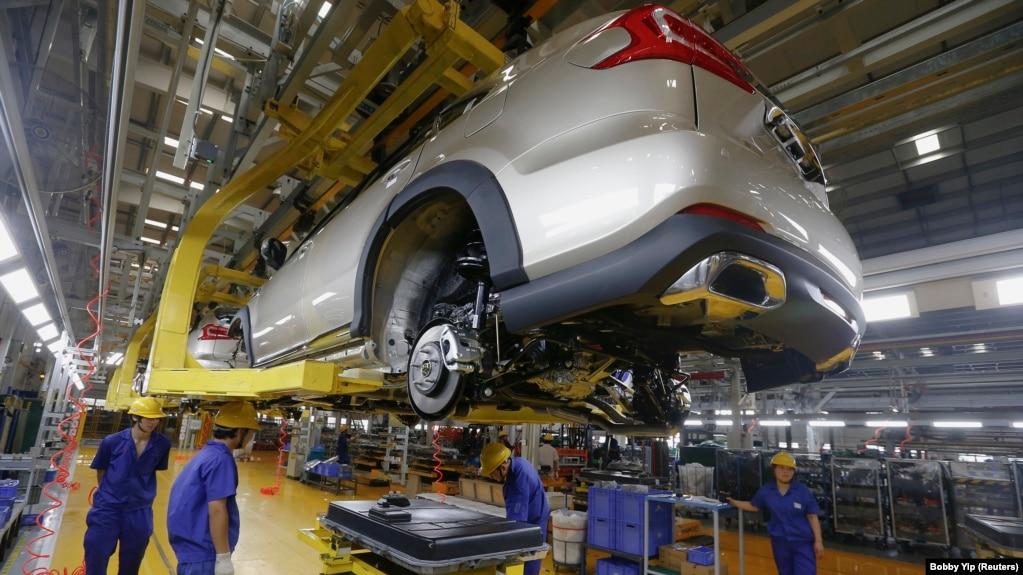 Baterai akan dipasang pada mobil listrik di jalur perakitan BYD di Shenzhen, China, 25 Mei 2016. (Foto: REUTERS/Bobby Yip)