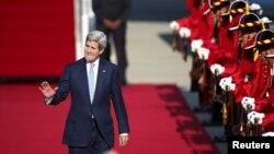 Menteri Luar Negeri AS John Kerry tiba di bandara militer di Seongnam, Korea Selatan, Minggu, 17 Mei 2015.