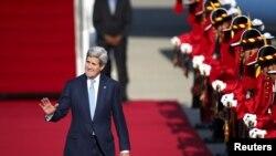 ລັດຖະມົນຕີການຕ່າງປະເທດສະຫະລັດ ທ່ານ John Kerry ໂບກມື ເວລາເດີນທາງໄປຮອດສະໜາມບິນ ທີ່ Seongnam ເກົາຫຼີໃຕ້, ວັນທີ 17 ພຶດສະພາ 2015.