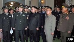 Ông Đái Bỉnh Quốc và ông Kim Jong Il trong cuộc gặp tại Bắc Triều Tiên
