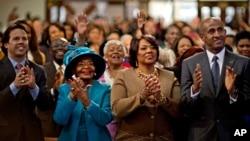Dr. Bernice King (kedua dari kanan) dan Christine King Farris, putri dan kakak pejuang hak sipil Dr. Martin Luther King Jr., bertepuk tangan saat melihat inaugurasi Presiden Barack Obama yang dilakukan bertepatan dengan Hari Martin Luther King Jr. (AP/David Goldman)