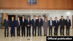 Menteri Dalam Negeri Myanmar Kyaw Swe (enam dari kiri) beserta delegasi saat akan berkunjung ke Bangladesh (Foto: dok).