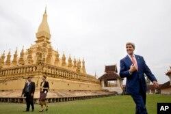 ລັດຖະມົນຕີການຕ່າງປະເທດ ສະຫະລັດ ທ່ານ John Kerry ,ຂວາ, ທ່ຽວຊົມທາດຫຼວງ ກັບທ່ານນາງ Phouvieng Phothisane, ອຳນວຍການວ່າການ ຫໍພິພິຕະພັນນະຄອນຫຼວງ ວຽງຈັນ, ຊ້າຍສຸດ ແລະ ທ່ານນາງ ຕ່າຕ້າ ແກ້ວວິໄລ ຈາກສະຖານທູດ ສະຫະລັດ ໃນນະຄອນຫຼວງວຽງຈັນ, ລາວ. 25 ມັງກອນ 2016.