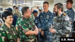 澳大利亚、印尼和美国军人2016年8月20日在一起讨论安全合作 (美国海军照片)