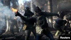 Người biểu tình chống chính phủ ném bom xăng về phía lực lượng cảnh sát trong vụ đụng độ tại thủ đô Kiev, ngày 18/2/2014.