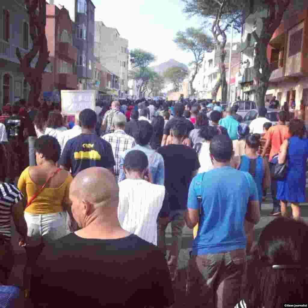 Cabo-verdianos manifestam-se contra aumento de salários e regalias dos políticos. São Vicente, 30 Março, 2015. Foto de Ruben Veiga