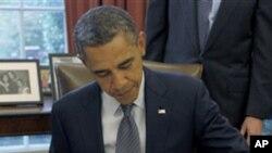 3국과의 자유무역협정 이행법안에 최종 서명하는 바락 오바마 미 대통령