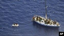 Thuyền của những người vượt biển đến gần đảo Mijet, phía nam Croatia (hình do Bộ Quốc phòng của Croatia cung cấp)