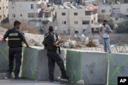 ຕຳຫຼວດຊາຍແດນ ອິສຣາແອລ ສັ່ງໃຫ້ ຊາຍປາແລັສໄຕນ໌ ຄົນນຶ່ງ ຍົກເສື້ອຂອງລາວຂຶ້ນ ຢູ່ທີ່ດ່ານກວດກາ ແຫ່ງນຶ່ງ ກ່ອນທີ່ລາວຈະ ໄດ້ຮັບອະນຸຍາດ ໃຫ້ອອກຈາກ ຄຸ້ມ Issawiyeh ຂອງຊາວອາຣັບ ໃນນະຄອນ Jerusalem, ວັນທີ 20 ຕຸລາ 2015.
