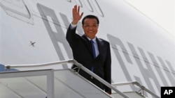 19일 인도 뉴델리 공항에 도착한 리커창 중국 총리가 손을 흔들고 있다.