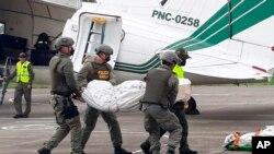 Los cuerpos fueron hallados el jueves cerca de donde los tenían cautivos, pero continúan los análisis de ADN.