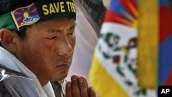 一名流亡藏人22日在中國駐新德里大使館門前抗議