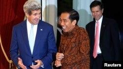 Menlu AS John Kerry (kiri) berbincang dengan Presiden Joko Widodo di istana Merdeka Jakarta, Senin malam (20/10).