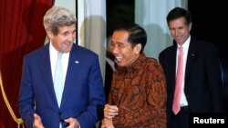 U.S. Secretary of State John Kerry (L) meets with Indonesia's new President Joko Widodo (C) at the presidential palace in Jakarta, Oct. 20, 2014.