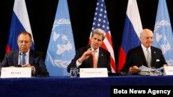 Ngoại trưởng Mỹ John Kerry (giữa), Ngoại trưởng Nga Sergey Lavrov (trái) và Đặc sứ LHQ Staffan de Mistura tại cuộc họp báo ngày 12/2/2016.