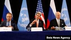Ngoại trưởng Mỹ John Kerry (giữa), Ngoại trưởng Nga Sergey Lavrov (trái) và Đặc sứ LHQ Staffan de Mistura trong cuộc họp báo sau cuộc họp của Nhóm Quốc tế Hỗ trợ Syria ở Munich, Đức, ngày 12/2/2016.