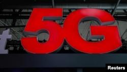 Letrero de la nueva tecnología 5G en el Congreso Móvil Mundial en Barcelona, España, 28-2-18.