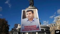 Manifestantes curdos com uma foto do líder do Partido Popular Democrático Selahattin Demirtas