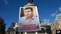 Paris'in Republique Meydanı'nda HDP eşbaşkanlarının tutuklanmasını protesto eden göstericiler.