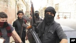 ຮູບພາບຂອງ ພັນເອກ Qassim Saadeddine ທະຫານກຸ່ມກະບົດ Free Syrian Army ຫລື FAS ກ່າວວ່າຕົນຈະບໍ່ປະຕິບັດຕາມຂໍ້ຜູກມັດ ຂອງແຜນການຢຸດຍິງ ທີ່ສະຫະປະຊາຊາດໜູນຫລັງນັ້ນ ຕໍ່ໄປອີກແລ້ວ.