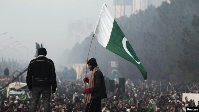 Ủng hộ viên của giáo sĩ Qadri phất cờ tại Islamabad trong ngày thứ ba của cuộc biểu tình.