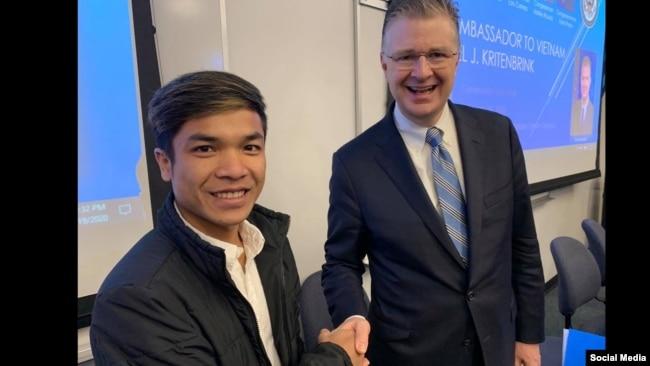 Anh Y phic Hdok gặp Đại sứ Hoa Kỳ Daniel Kritenbrink hôm 19/02/2020 tại trường Coastline Community College, Garden Grove, California. Facebook Y phic Hdok