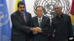 Hace dos días las cosas parecían haber mejorado entre Venezuela y Guyana, con el apoyo del secretario general de la ONU, Ban Ki-moon (centro).