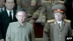 Đứng trước quần chúng nhiều nghi ngờ hơn, ông Kim Jong-il (trái) dựa vào đội quân 1 triệu người và mạng lưới các phần tử trung thành để đàn áp bất cứ người bất đồng chính kiến nào