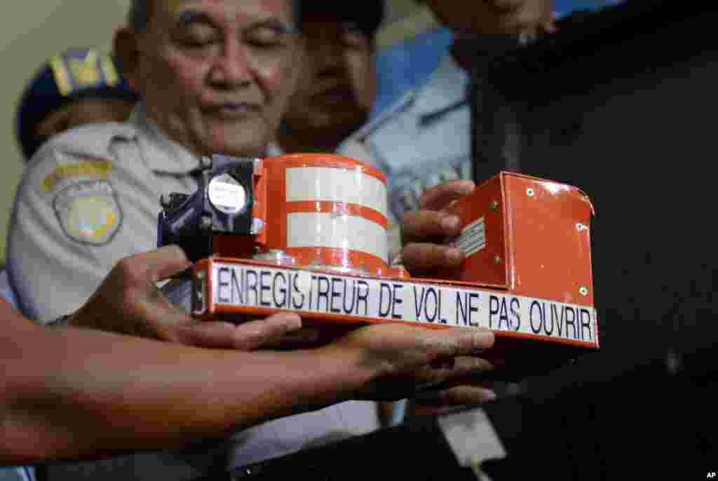 Kepala Komite Nasional Keselamatan Penerbangan Tatang Kurniadi memperlihatkan alat perekam suara kokpit yang diambil dari puing-puing pesawat AirAsia bernomor penerbangan QZ8501 dalam konferensi pers di Pangkalan Bun, Kalimantan Tengah (13/1).