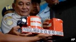 Tatang Kurniadi, kepala Komite Nasional Keselamatan Transportasi (KNKT) menunjukkan perekam suara kokpit pesawat AirAsia yang jatuh dalam konferensi pers di Pangkalan Bun, Kalimantan Tengah (13/1).
