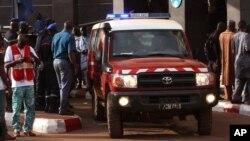 Une ambulance à l'extérieur de l'hôtel Radisson de Bamako, le 20 novembre 2015. (AP Photo/Harouna Traore)