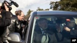시리아 정부 대표인 옴란 알주비 시리아 정보장관이 27일 스위스 제네바 유엔본부에서 반군 측과의 협상을 마친 후 협상장을 빠져나가고 있다.
