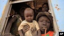 3月1号,一个南苏丹难民家庭在火车上等待离开喀土穆返回家园